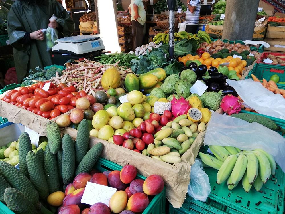 Frutas tropicales en mercadillo de Madeira